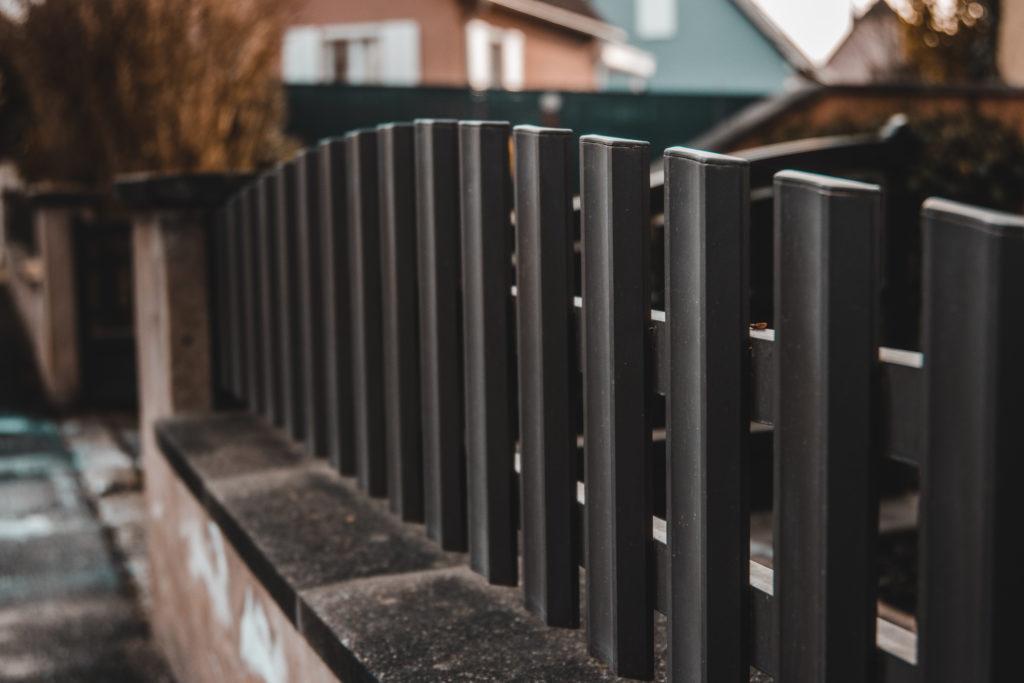 clôture-bois-sombre