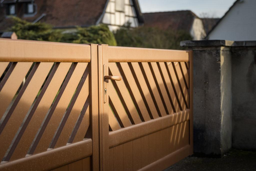 portail-bois-barreaudage incliné