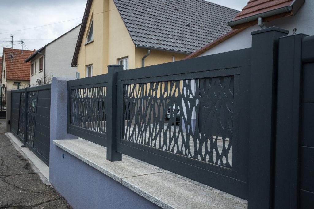 Clôture grise avec des designs modernes